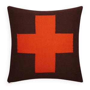 此为机器翻译文本。 我们的署名枕头由JA的第一旅行启发向他爱上国家的纺织品的秘鲁。 通过对工匠的援助,一个非盈利性组织致力创造工艺人的经济机会在发展中国家环球,JA运作与传统秘鲁织布工并且设计了与无缺点的技巧混和干净的现代主题的一个小组枕头。 我们的彼得枕头以与我们的偶象,可逆方形的样式在巧克力和桔子的自然地面为特色。简单设计,深情的施行。