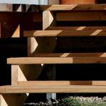 直线型楼梯 / 木质结构 / 木台阶 / 无踢脚板